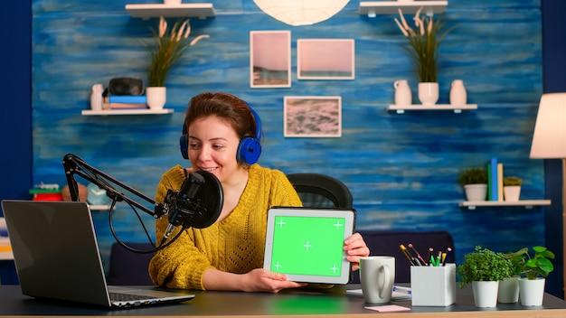 노트북을보고 크로 마키 데스크톱으로 태블릿에 대해 이야기하는 vlogger