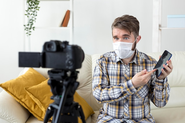 Видеоблогер, записывающий видео распаковки дома