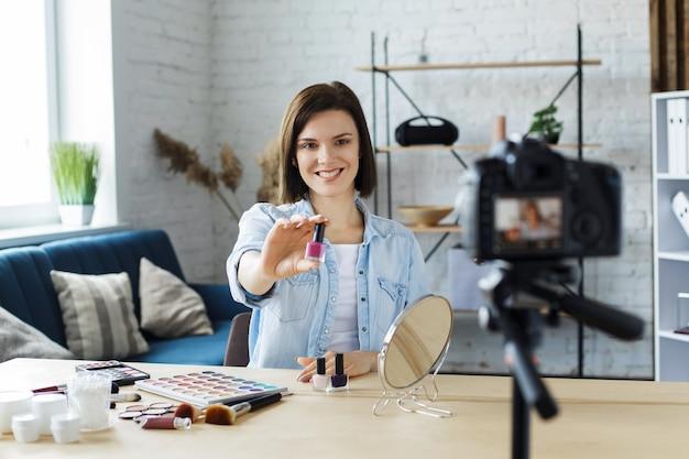 Vlogger 테스트 매니큐어 및 집에서 소셜 네트워크에 라이브 비디오 방송