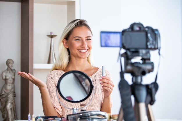 Профессиональный косметолог vlogger делает трансляцию макияжа в прямом эфире
