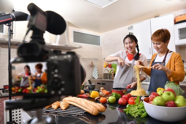 母と娘のブロガーvloggerとオンラインのインフルエンサーが健康食品のビデオコンテンツを記録