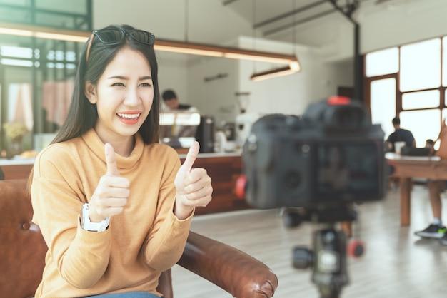 Молодой привлекательный азиатский блоггер женщины или vlogger