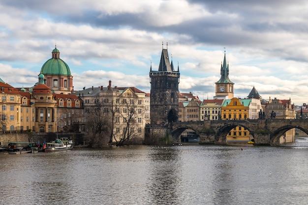 チェコ共和国プラハのヴルタヴァ川とカレル橋。