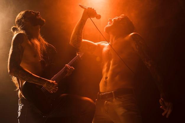 ステージ上のボーカリストとギタリスト
