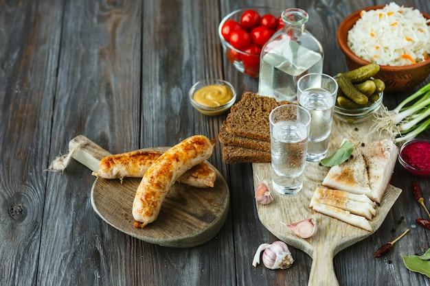 Водка и традиционные закуски на деревянном полу