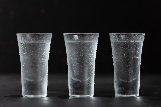 Водка, текила, ром в очках крупным планом