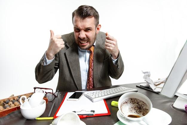 Voci nella sua testa. giovane che soffre per i colloqui dei colleghi in ufficio. non riesco a concentrarmi e lavorare nel silenzio. concetto di problemi, affari, problemi e stress del lavoratore d'ufficio.
