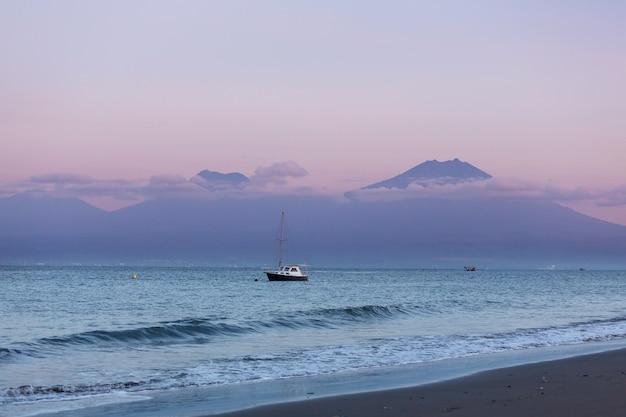 인도네시아 발리의 바위산이 있는 화산 해변
