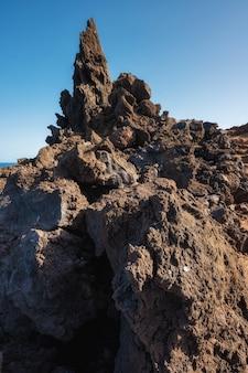 Вулканический ландшафт береговой линии. скалы и образования лавы в эль йерро, канарские острова, испания. фото высокого качества