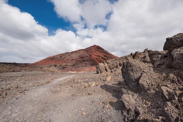 Вулканический кратер (монтана бермеха) в лансароте, канарские острова, испания.