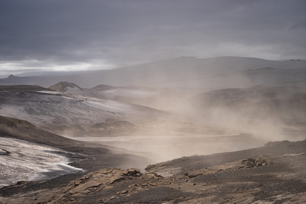 Вулканический пейзаж во время пепельной бури на пешеходной тропе fimmvorduhals. исландия.