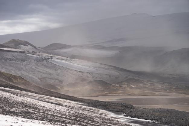Вулканический пейзаж во время пепельной бури на пешеходной тропе фиммвордухалс исландия
