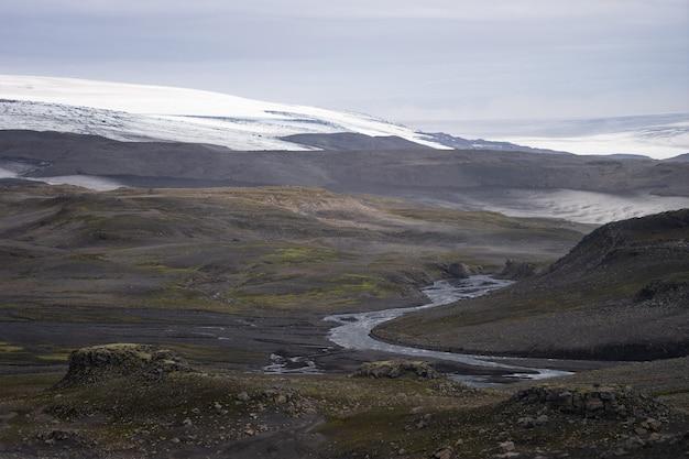 Вулканический пейзаж на туристической тропе фиммвордухальс. исландия.