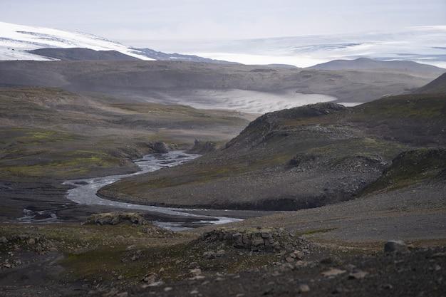Вулканический пейзаж с ледниковыми скалами и пеплом на пешеходной тропе фиммвордухалс исландия