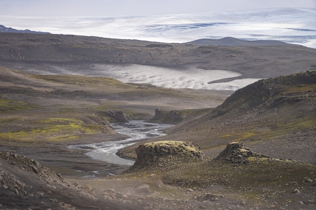 Вулканический пейзаж с ледником, скалами и пеплом на пешеходной тропе фиммвордухальс. исландия.