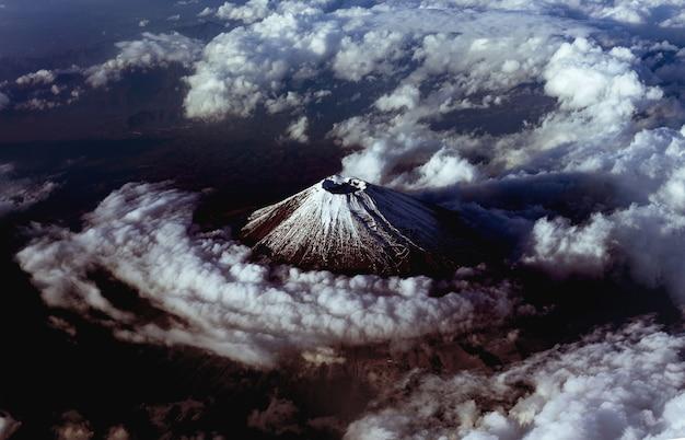 일본의 구름으로 덮인 화산 후지산