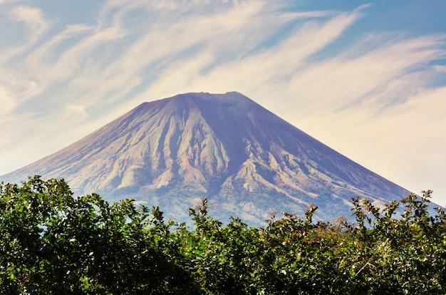 니카라과의 화산 산 풍경