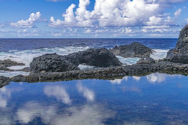 Береговая линия вулканических пород, чарко азул, фронтера, остров эль йерро, канарские острова, испания