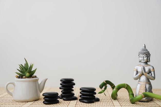 Вулканические камни, цветочный горшок, бамбук и будда