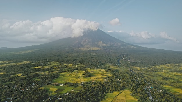 녹색 열대 계곡 공중에서 화산 분화. 놀라운 아무도 자연 풍경에 마욘 마운트