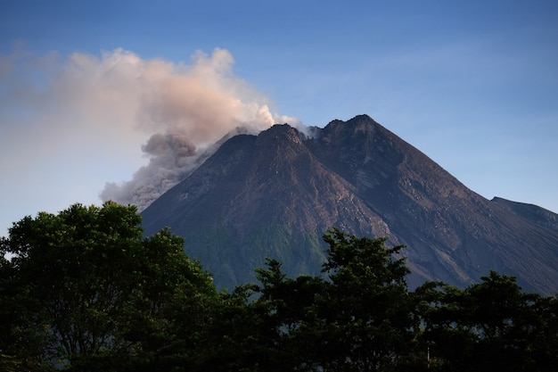 족 자카르타 자바 섬 인도네시아의 메라 피 산 화산 폭발