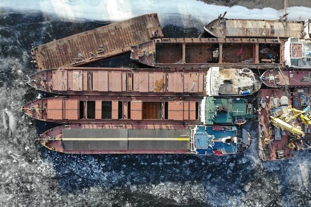 볼가 강. 얼어 붙은 강에서 겨울철 배송. 부두에는 많은 배가 있습니다. 볼고그라드. 러시아
