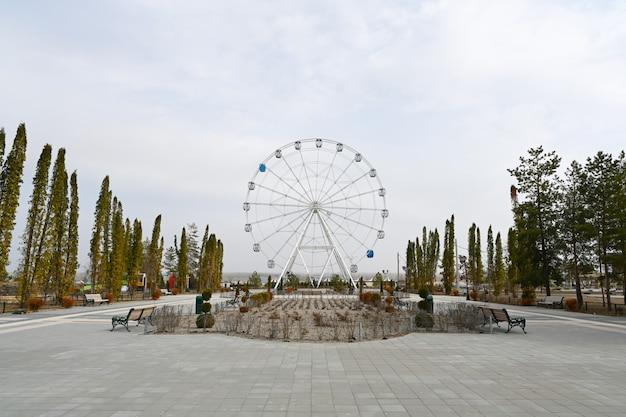 Волгоград, россия - 10 апреля 2021 года: колесо обозрения в парке культуры и отдыха «баку».