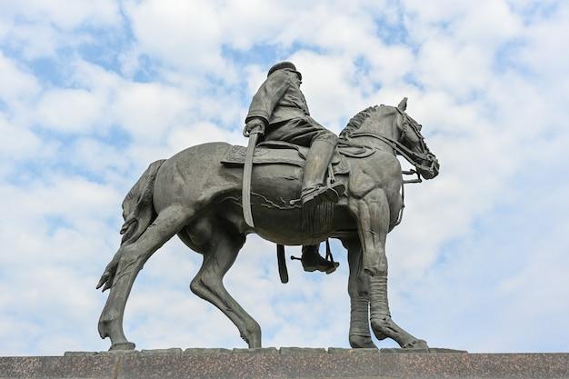 볼고그라드, 러시아 - 2021년 6월 6일: kkrokossovsky 기념비. konstantin rokossovsky는 위대한 애국 전쟁 동안 스탈린그라드와 쿠르스크에서 승리하는 데 중요한 역할을 했습니다.