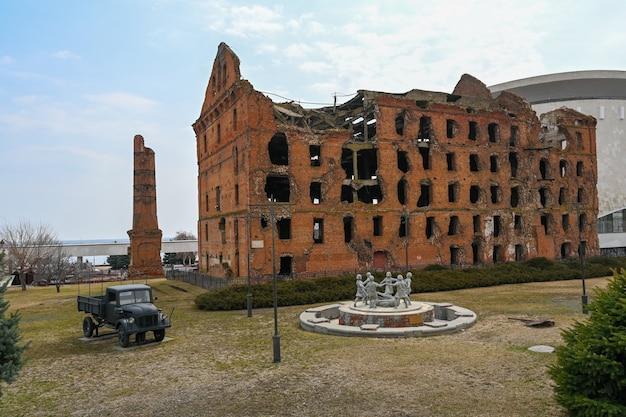 볼고그라드, 러시아 - 2021년 5월 30일: 공장의 폐허. gerhardt's mill 또는 grudinin's mill - 스탈린그라드 전투 기간 동안 파괴되었지만 복원되지 않은 증기 공장 건물.