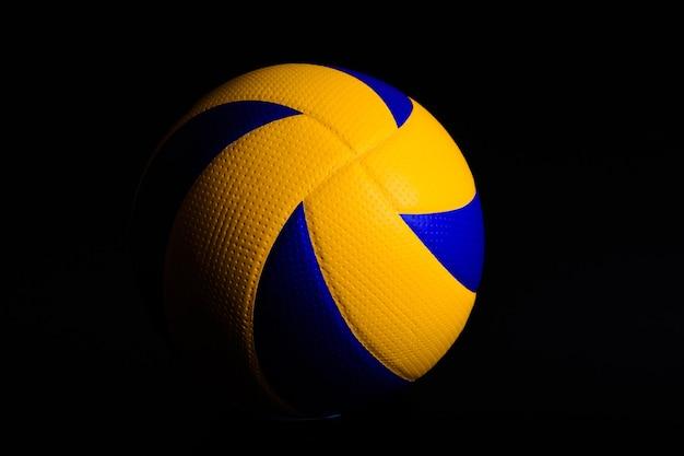 Волейбольный мяч на черном
