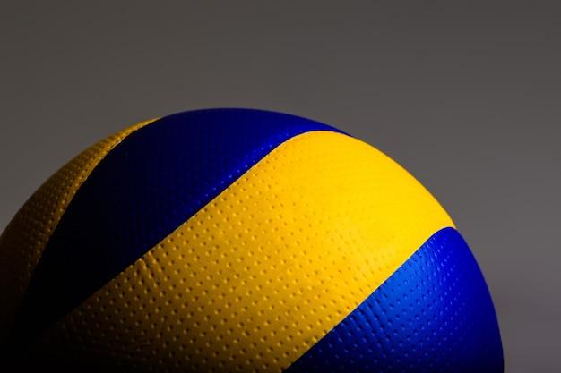Волейбольный мяч на сером
