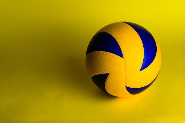 Волейбольный мяч на желтом