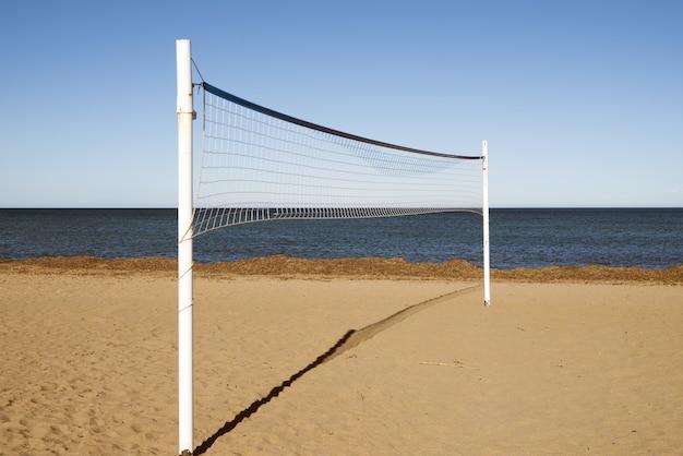 昼間の砂浜のバレーボールネット