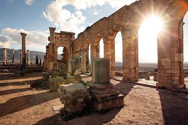 モロッコのメクネス近郊のヴォルビリス。ヴォルビリスは廃墟となったアマジグであり、ユネスコの世界遺産であるメクネス近くのモロッコのローマの都市です。