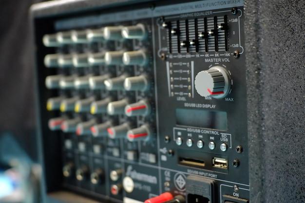選択的なフォーカスオーディオミキサー音のマスターvolumnボタン