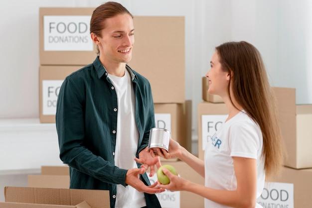 Волонтер раздает еду нуждающемуся