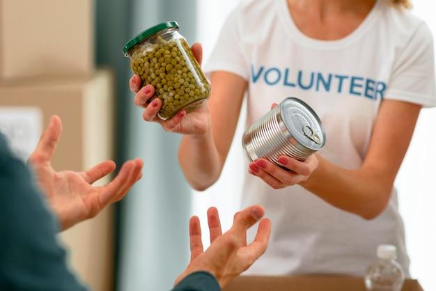 Волонтер помогает нуждающемуся с продуктами