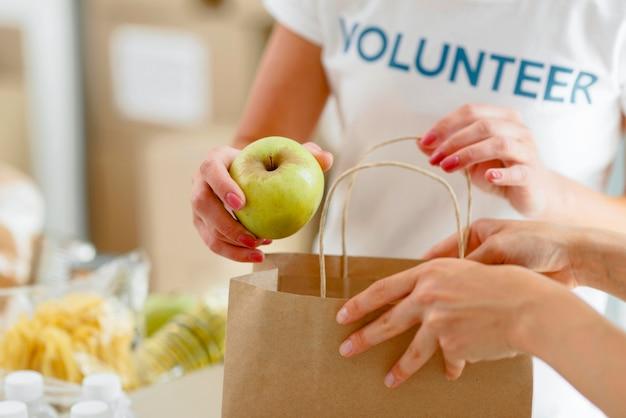 寄付のための食糧を準備するボランティア
