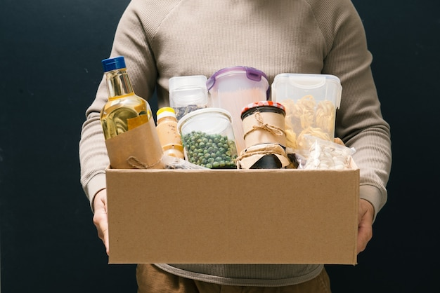 Волонтер с коробкой еды для бедных. концепция пожертвования.