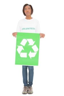 자원 봉사여자가 찾고 재활용 기호를 들고