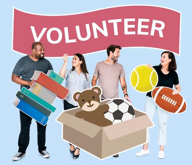 Volontari che donano roba in beneficenza