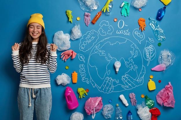 Концепция волонтерства для защиты окружающей среды с активисткой молодой женщины