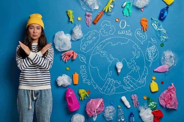 若い女性活動家との環境保護のためのボランティアのコンセプト