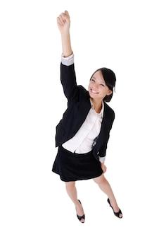 Волонтеры бизнес-леди поднимают руку с счастливым улыбающимся лицом, портрет в полный рост, изолированные на белом фоне.