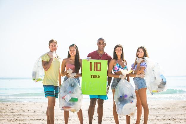 ビーチでプラスチックを収集するボランティア