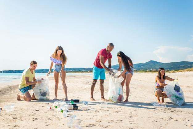 Волонтеры собирают пластик на пляже