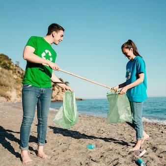 Volontari che raccolgono rifiuti in spiaggia