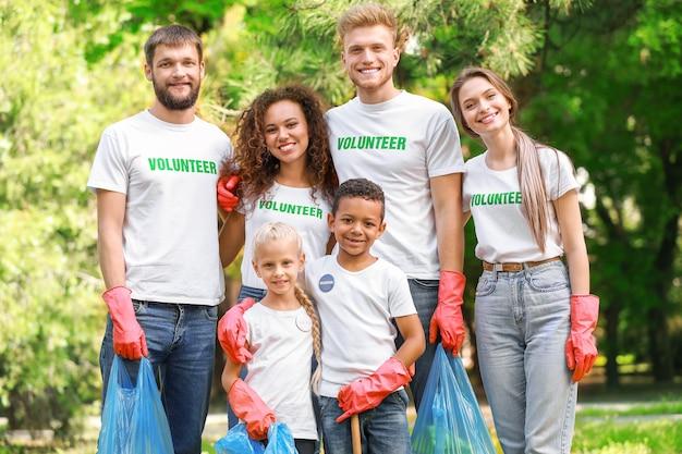 공원에서 쓰레기를 모으는 자원 봉사자