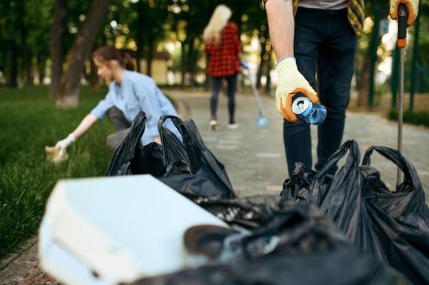 Волонтеры собирают мусор в парке, волонтерство