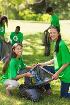 Волонтеры собирают подстилку в парке